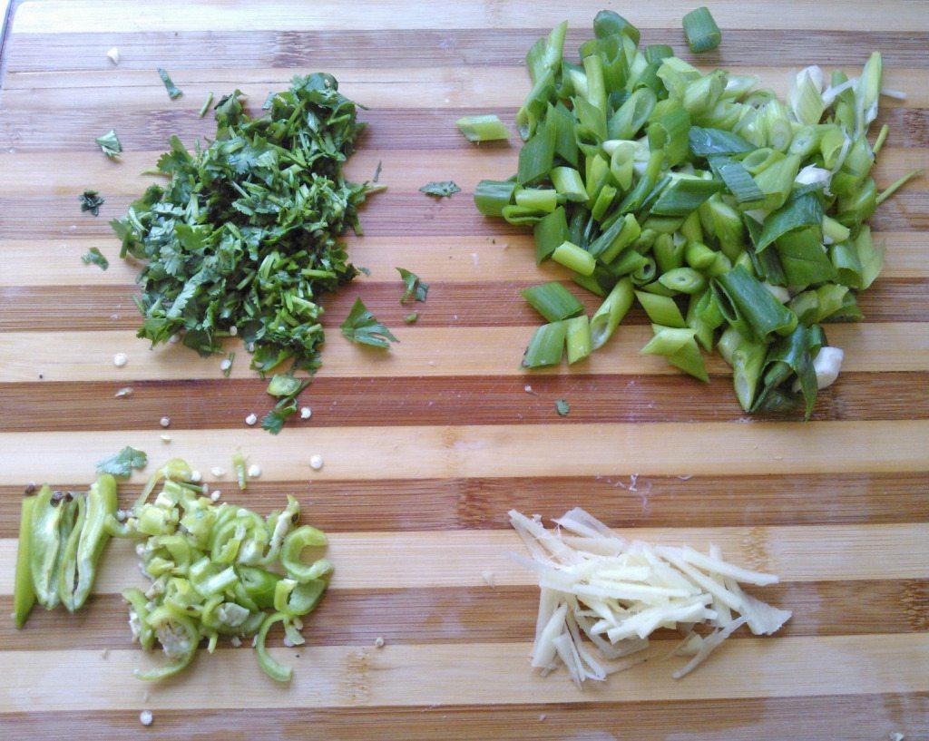 1.cut green onion,and green chilies,chop coriander,cut ginger in thin Julian.