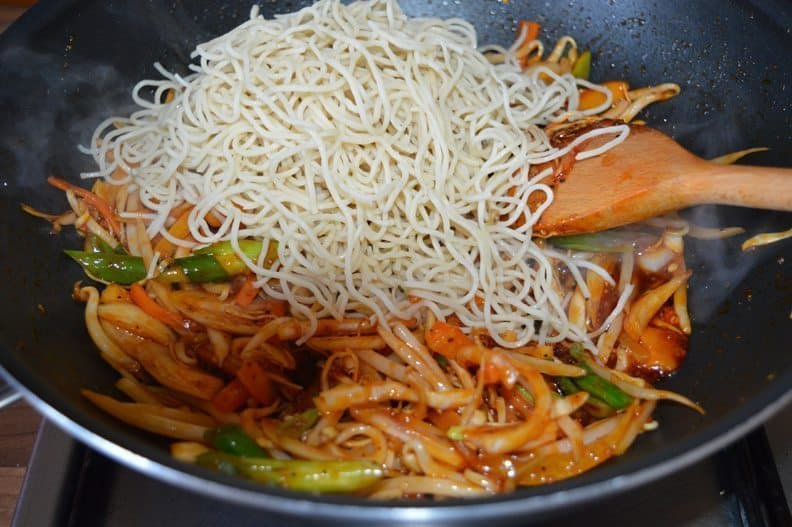 8. add noodles, sit well for 1-2 minutes on high heat. turn off the heat.